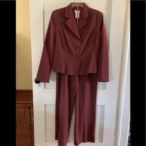 EAST 5th Pant Suit –Size 10 Petite. NWT.